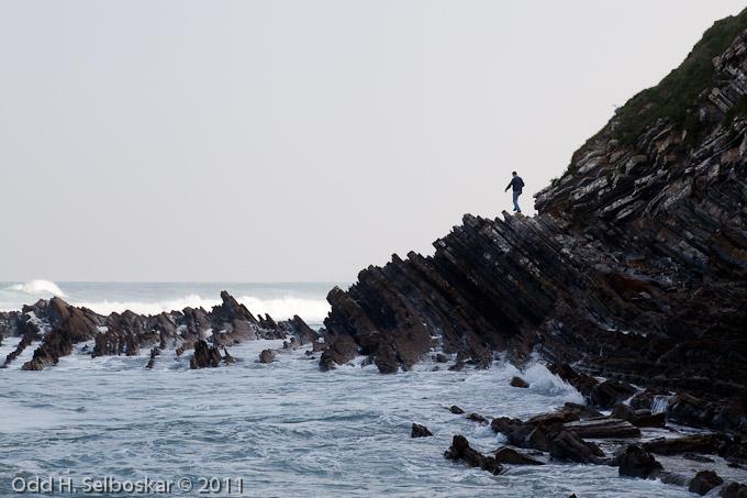 Geolog utforsker turbiditt-avsetninger (gammel havbunn) ved Saint Jean de Luz