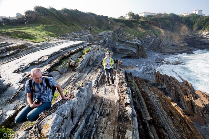 Geologer utforsker turbiditt-avsetninger (gammel havbunn) ved Saint Jean de Luz