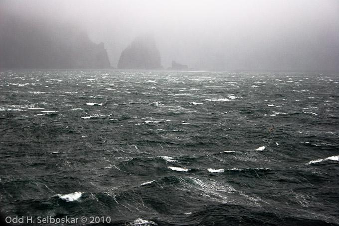 Sterk vind på sørspissen av Bjørnøya - Stappen